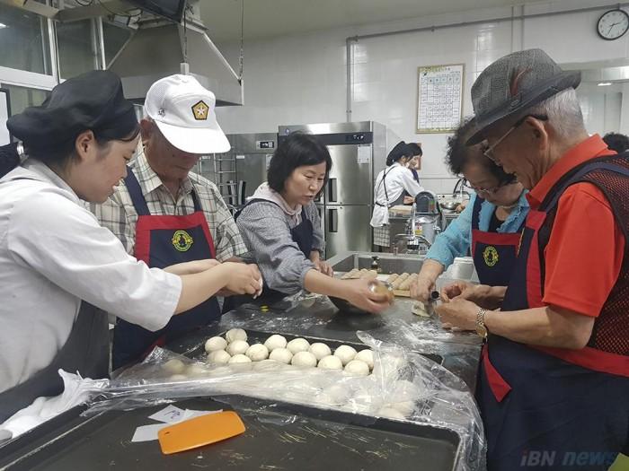 190714 부산정보관광고 학생들의 재능기부로 보훈 어르신들이 일일 제빵 체험을 하고 있다.jpg